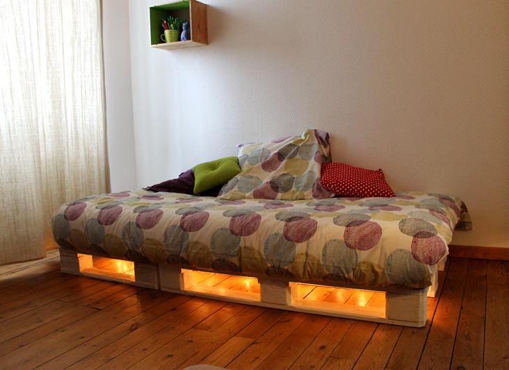 Un cadre de lit base de palettes mademoiselle je sais tout - Fabriquer un lit avec rangement ...
