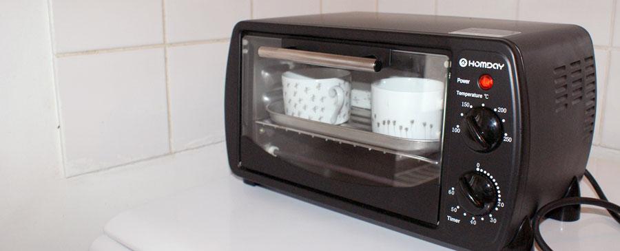 placer la vaisselle personnalisée au four pour rendre permanent le marquage