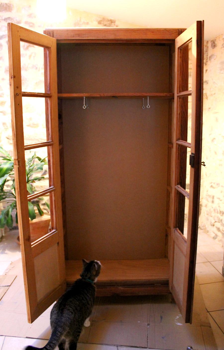 armoire avec un chat