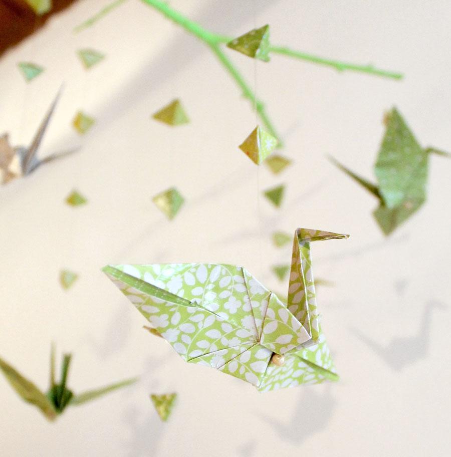 faire un mobile en papier origami et des branches en bois simplement. Black Bedroom Furniture Sets. Home Design Ideas