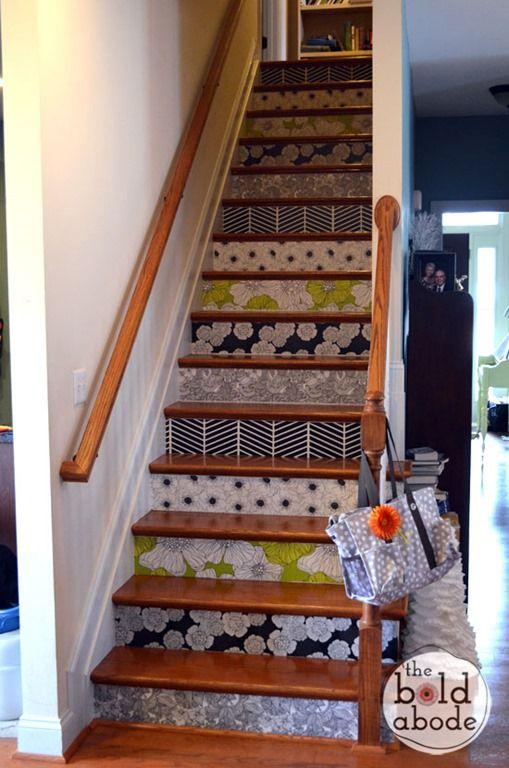 escalier avec du papier peint