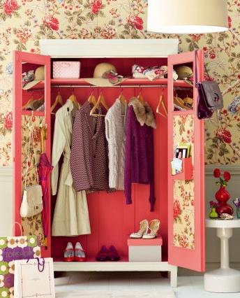 armoire avec du papier peint