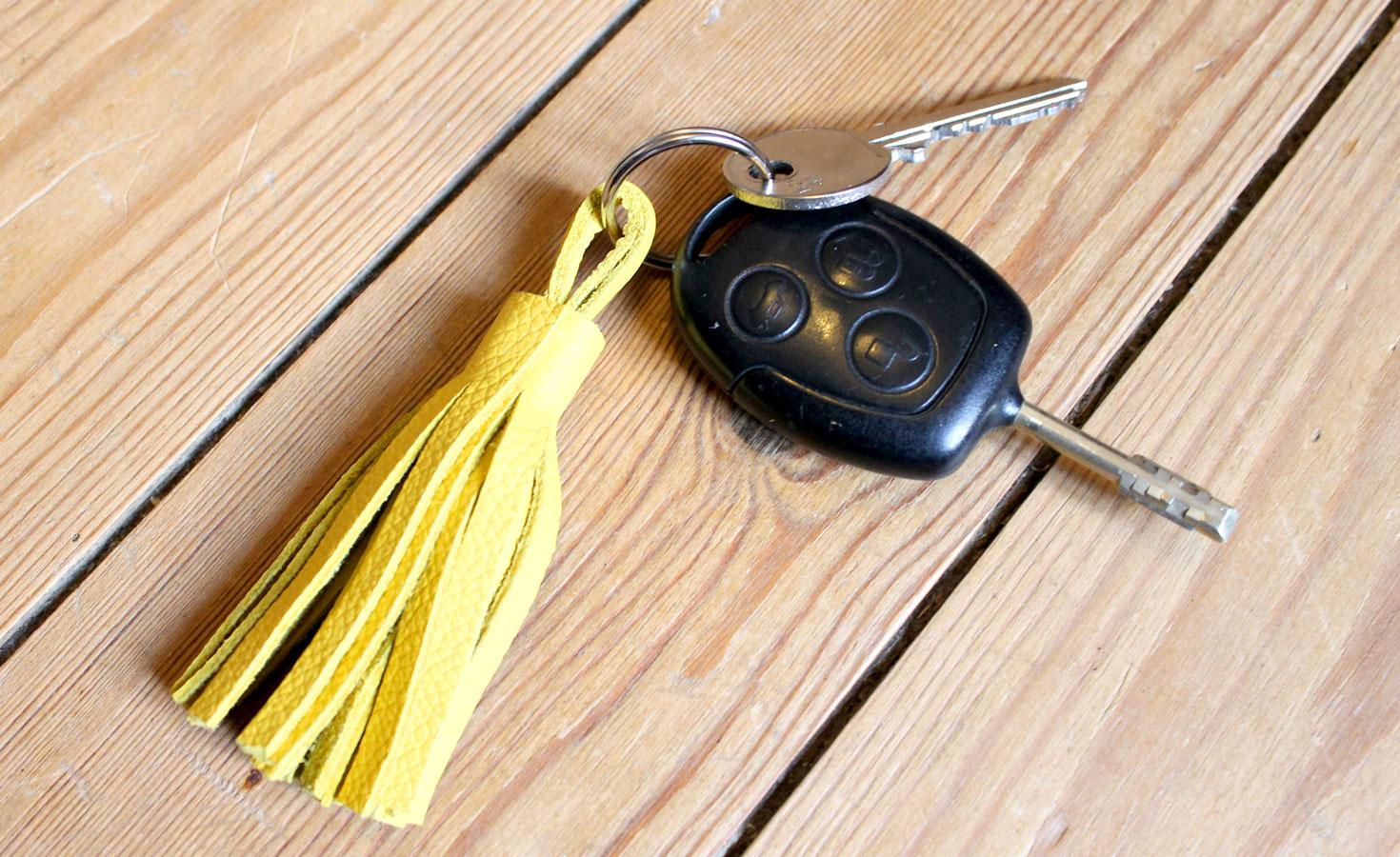 porte clés pompon en cuir
