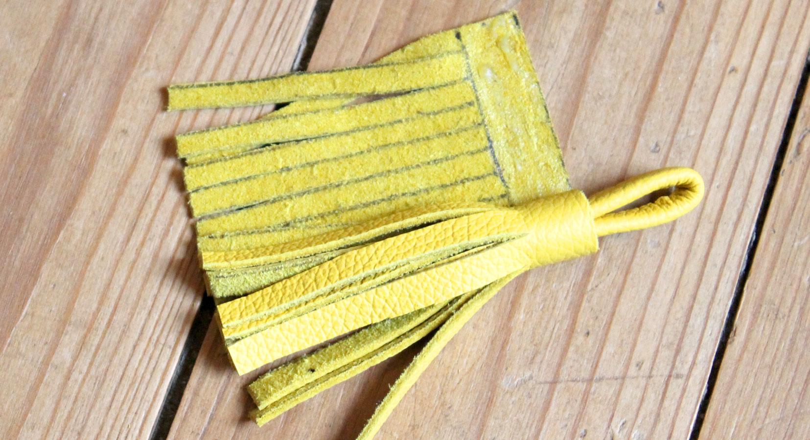 pompon en cuir jaune