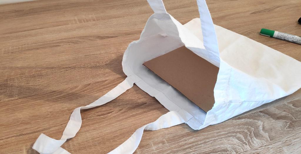 ajoutez un morceau de carton à l'intérieur du sac